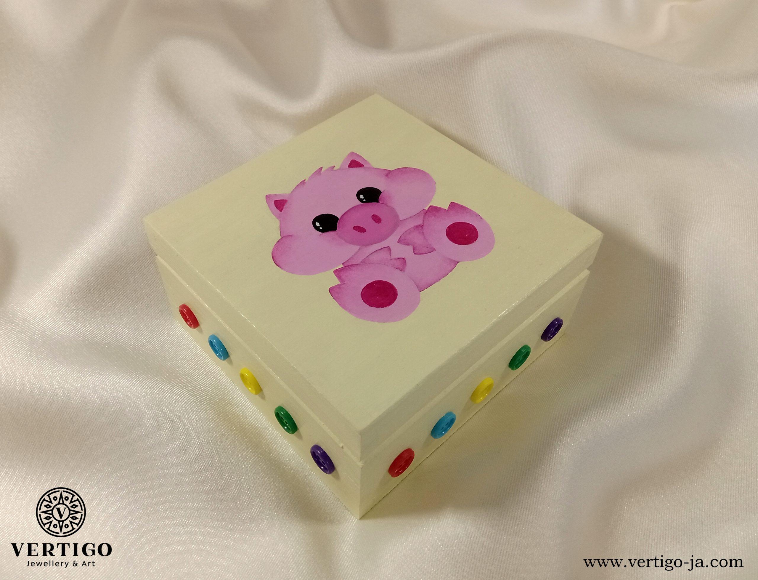 Drewniane, kremowe pudełko z różową świnką