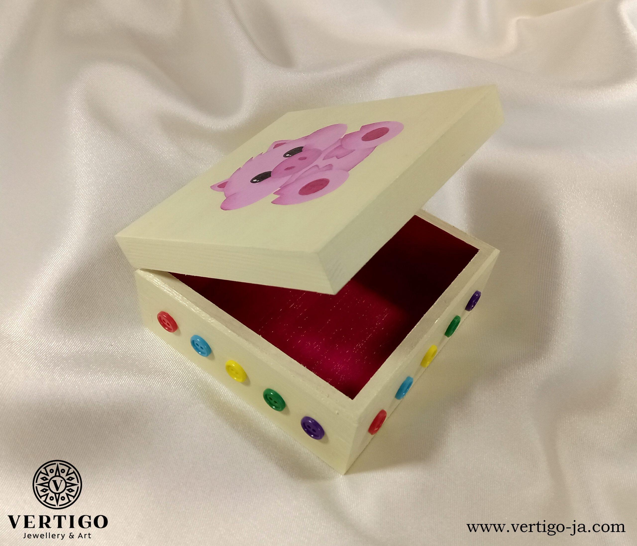 Karminowe wnętrze drewnianego pudełka z różową świnką