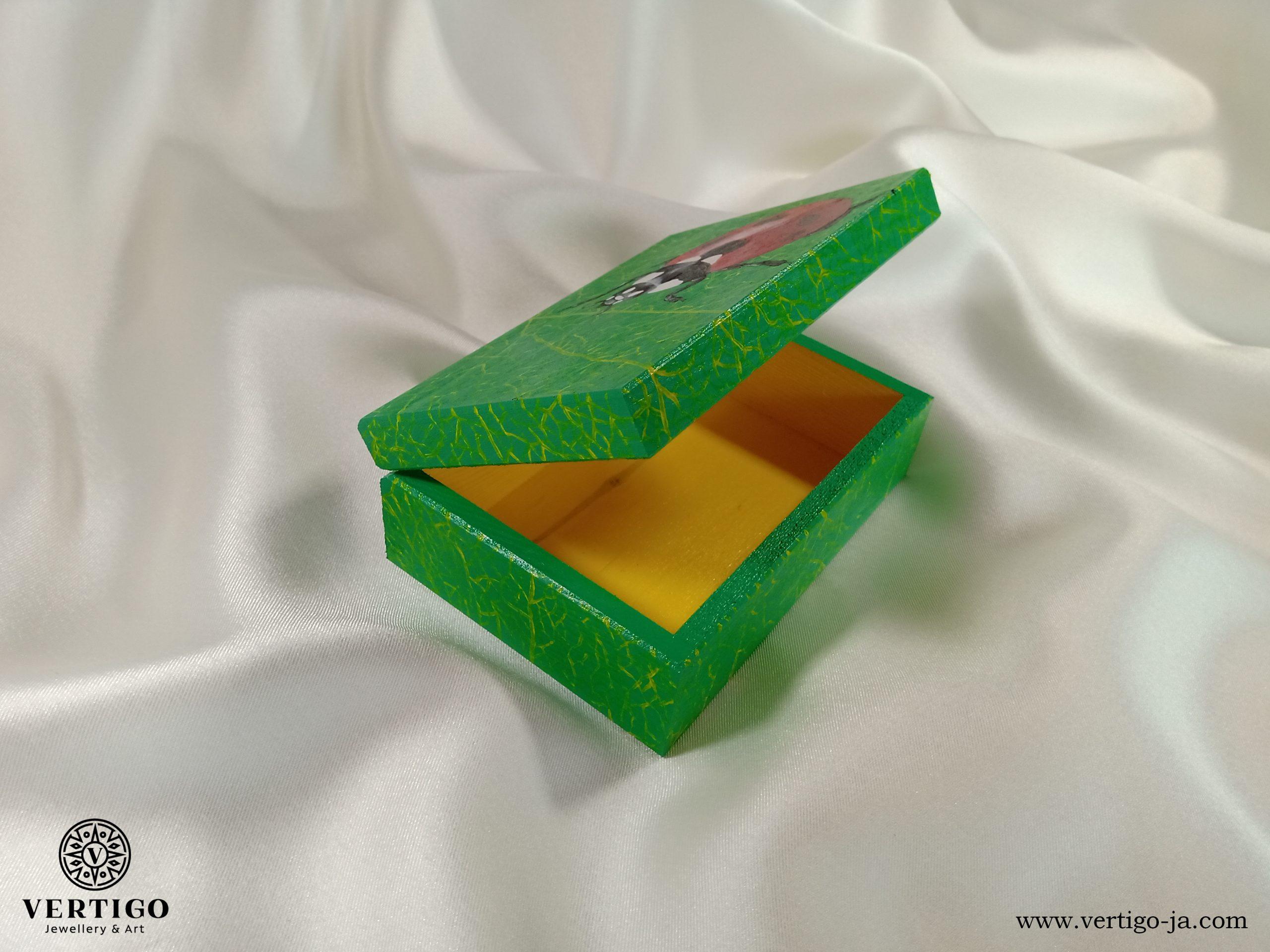 Wnętrze szkatułki z biedronką
