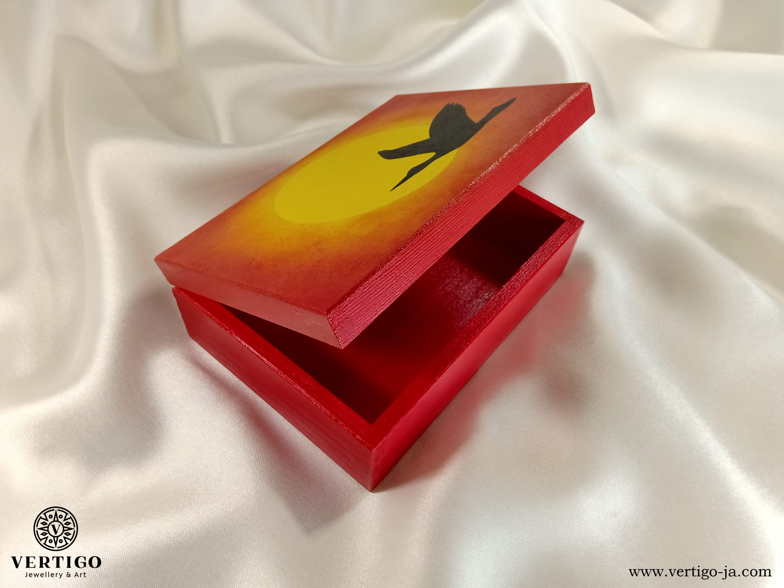 Wnętrze pudełka z bocianem na tle wschodzącego słońca