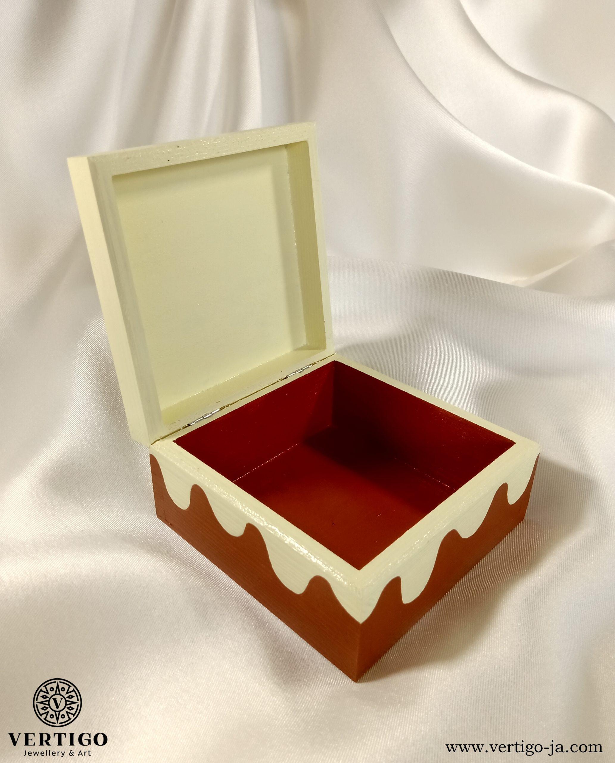Wnętrze pudełka z pierniczkiem na lukrze