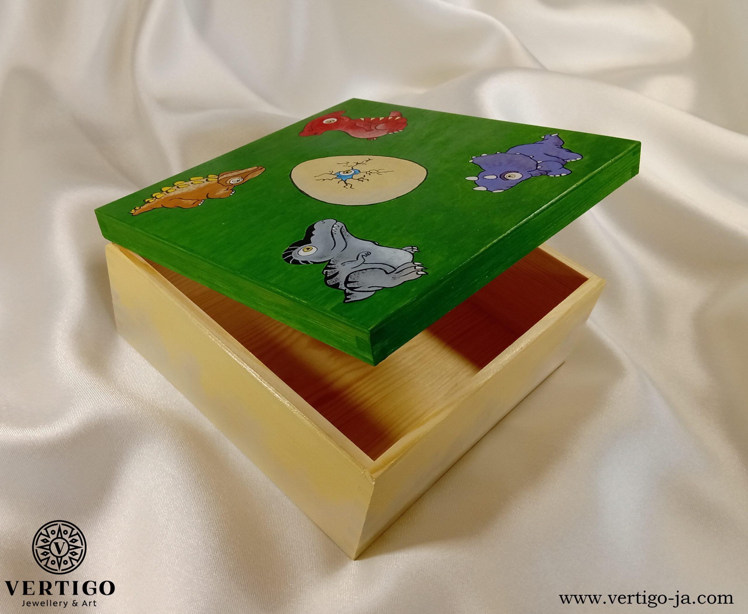 Wnętrze pudełka z małymi dinozaurami i jajkiem