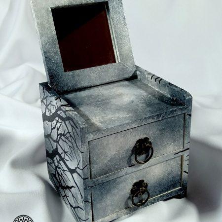 Drewniana szkatułka, komódka z lusterkiem na biżuterię