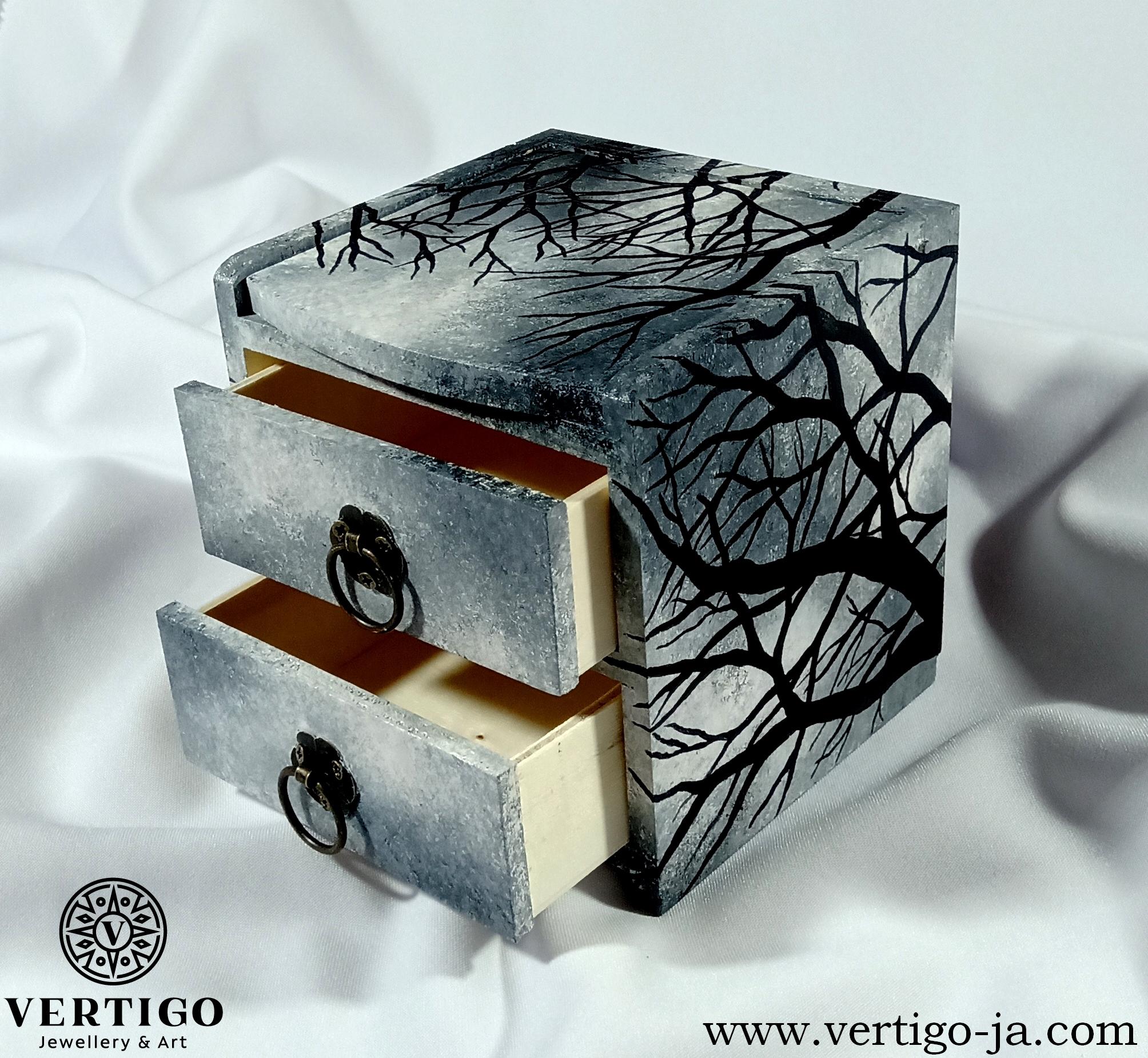 Bok i wnętrze drewnianej szkatułki, komódki z lusterkiem