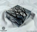 Druga strona pudełka z gałęziami na tle chmur