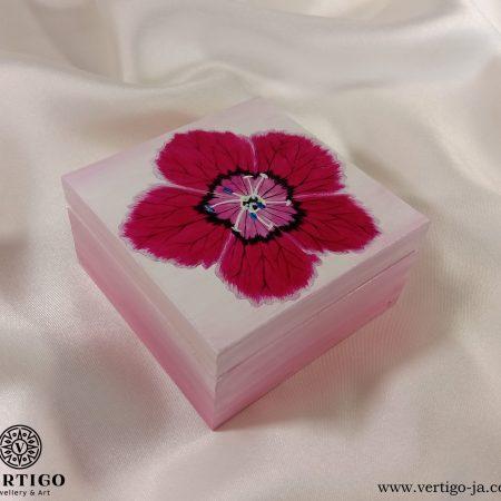 Drewniane, różowe pudełko z goździkiem