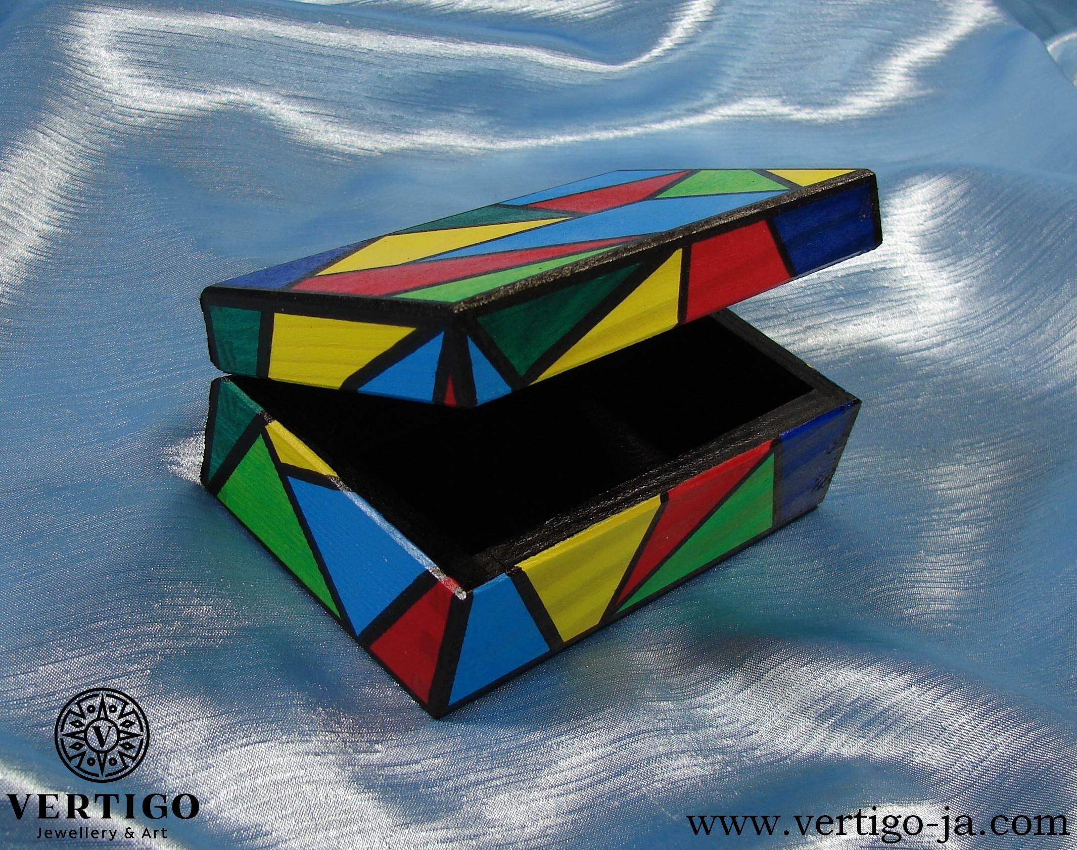 Czarne wnętrze kolorowego pudełeczka z wielokolorową mozaiką