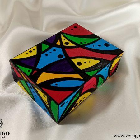 Drewniane pudełko z kolorową grafiką z kropkami