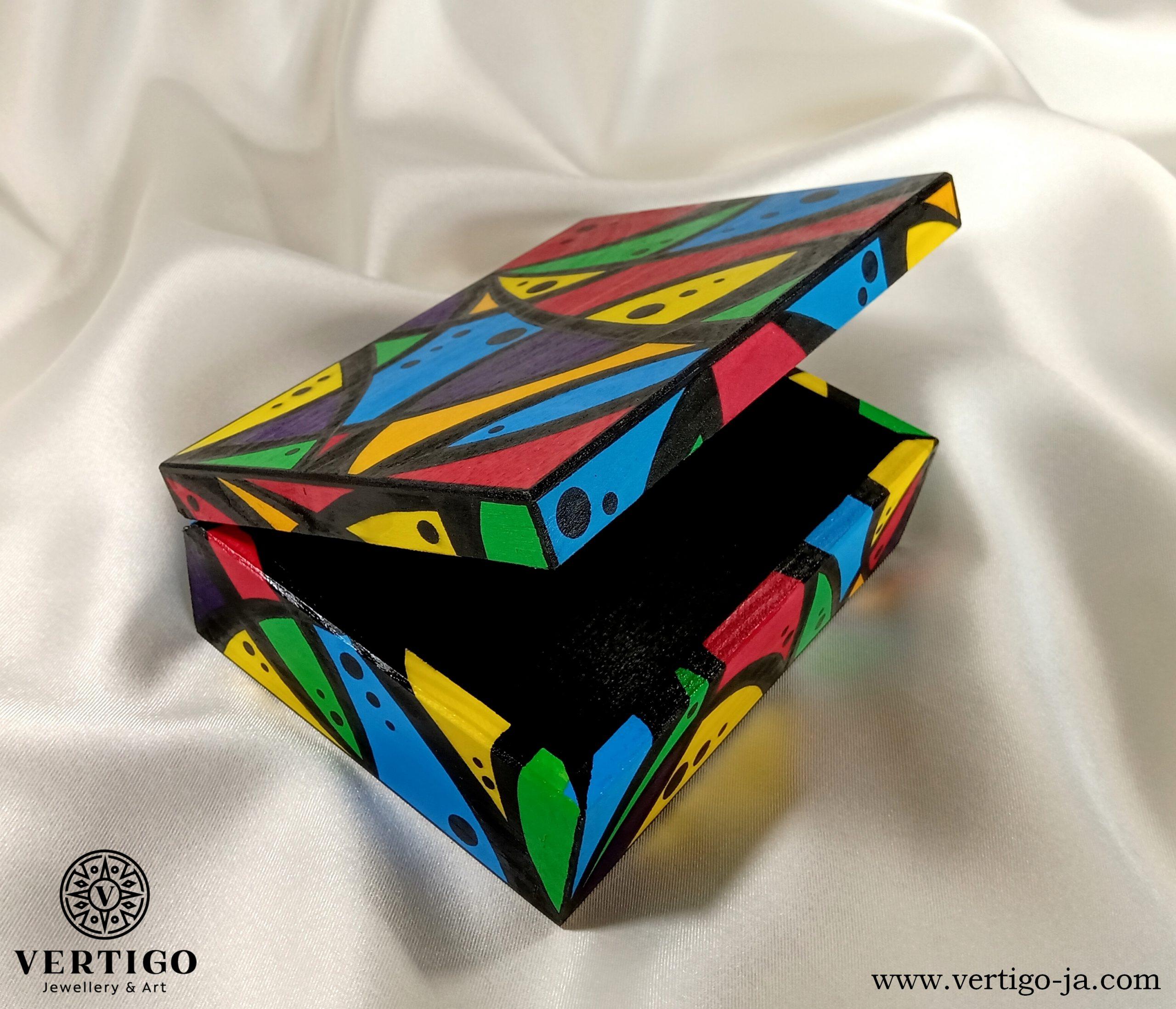 Wnętrze drewnianego pudełka z kolorową grafiką z kropkami