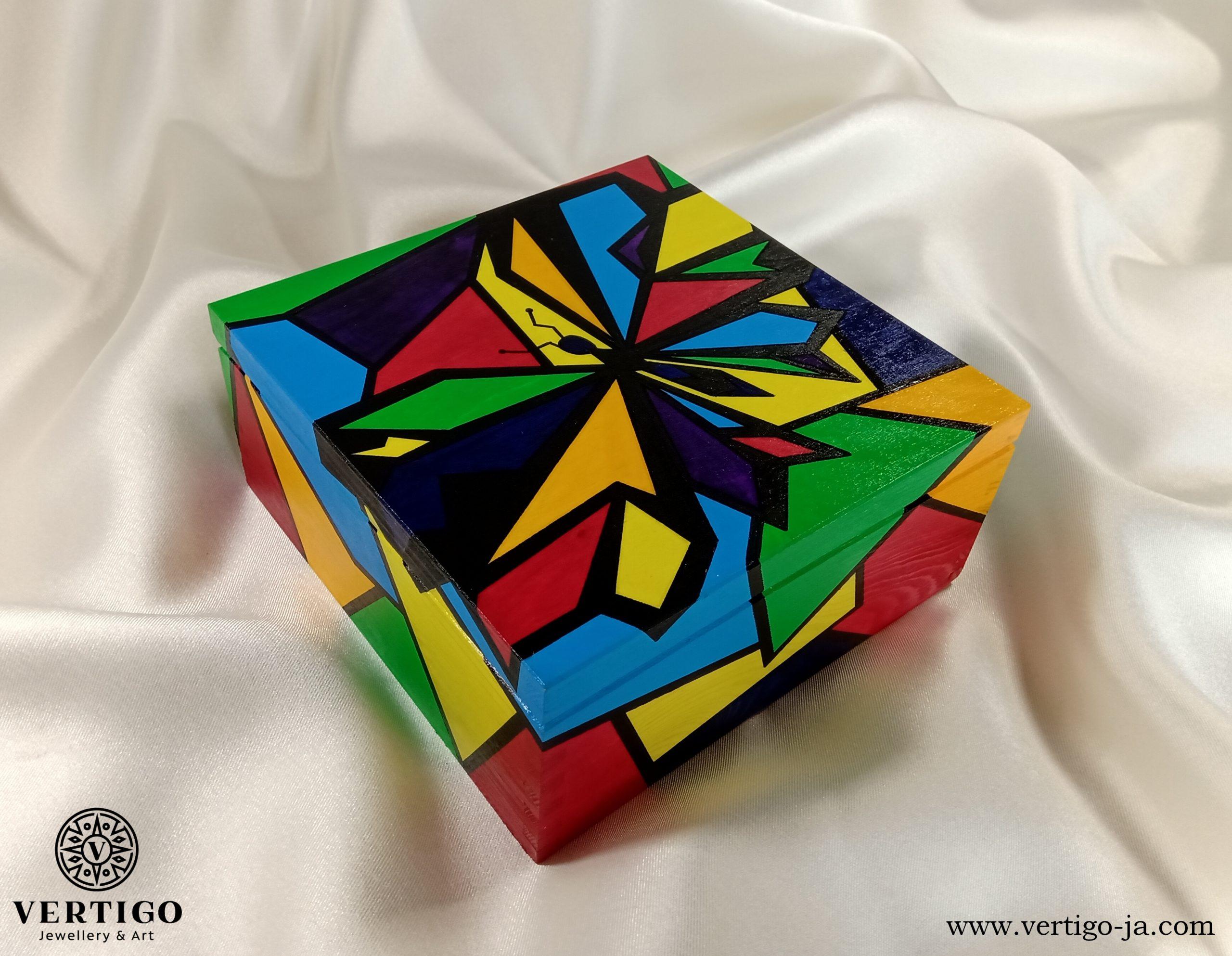 Drewniane pudełko Kolorowa Grafika z Abstrakcyjnym Motylem