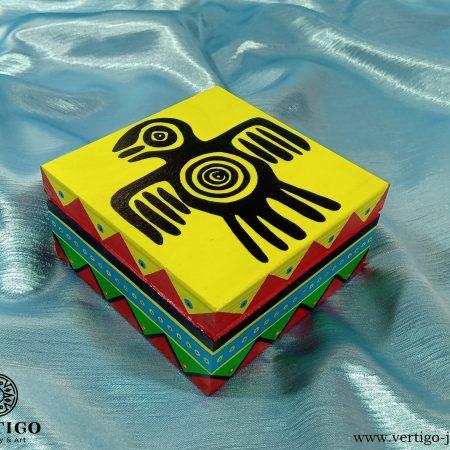 Kolorowe, drewniane pudełko z indiańskimi wzorami