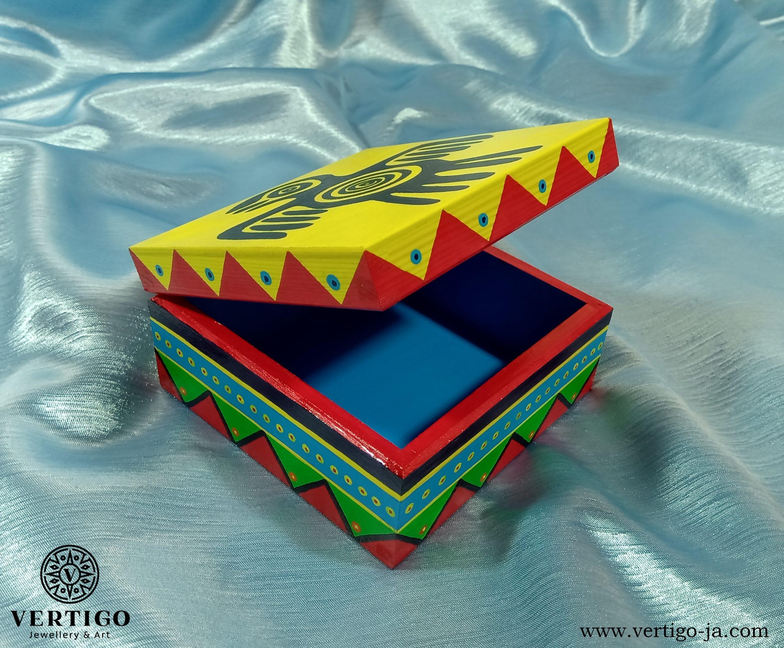 Wnętrze kolorowego, drewnianego pudełka z indiańskimi wzorami