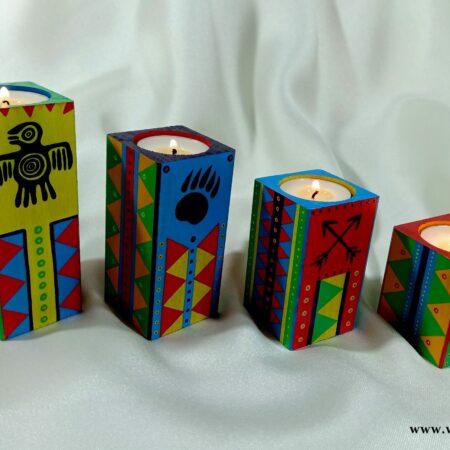 Komplet drewnianych świeczników z indiańskimi kolorowymi wzorami.