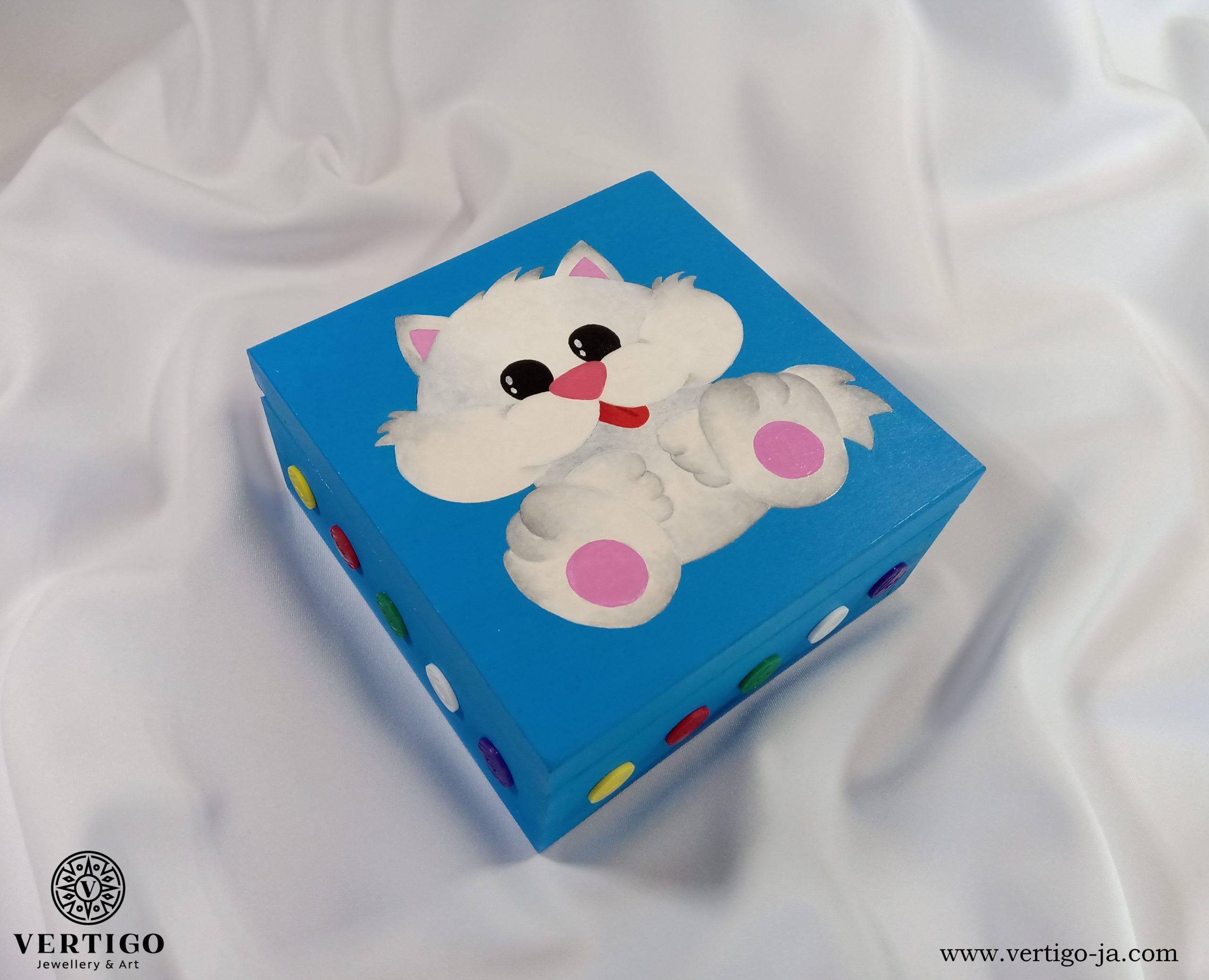 Drewniane niebieskie pudełko z białym kotkiem