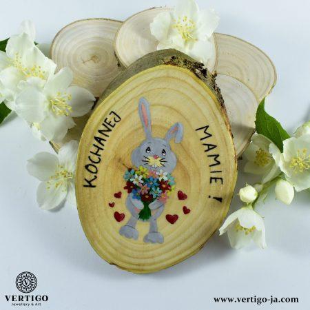obrazek-na-plastrze-drewna-krolik-z-kwiatami-serduszka-dla-mamy