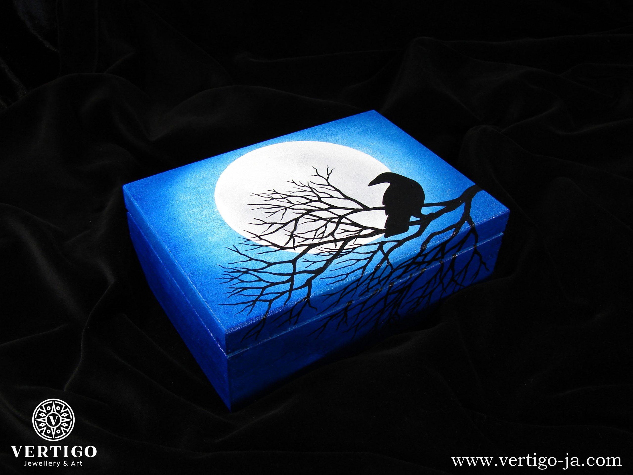 Drewniana szkatułka Kruk na tle Księżyca w Pełni
