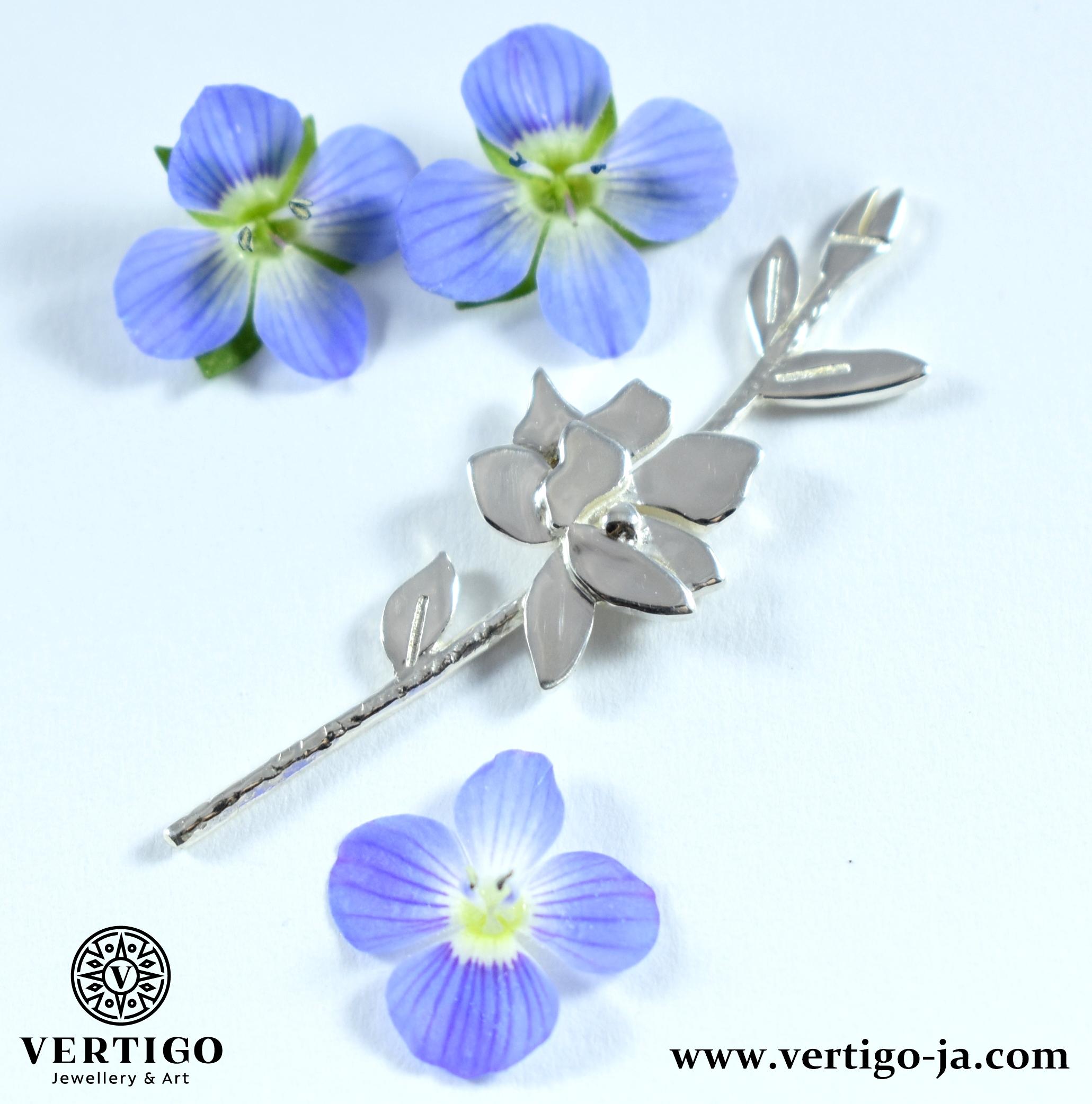 srebrna-przypinka-damska-pins-galazka-kwiatuszki-natura-niebieskie-kwiatki