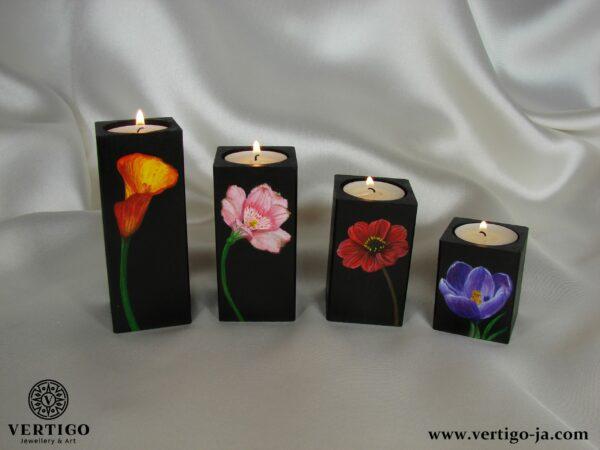Komplet drewnianych świeczników z pojedynczymi kwiatami