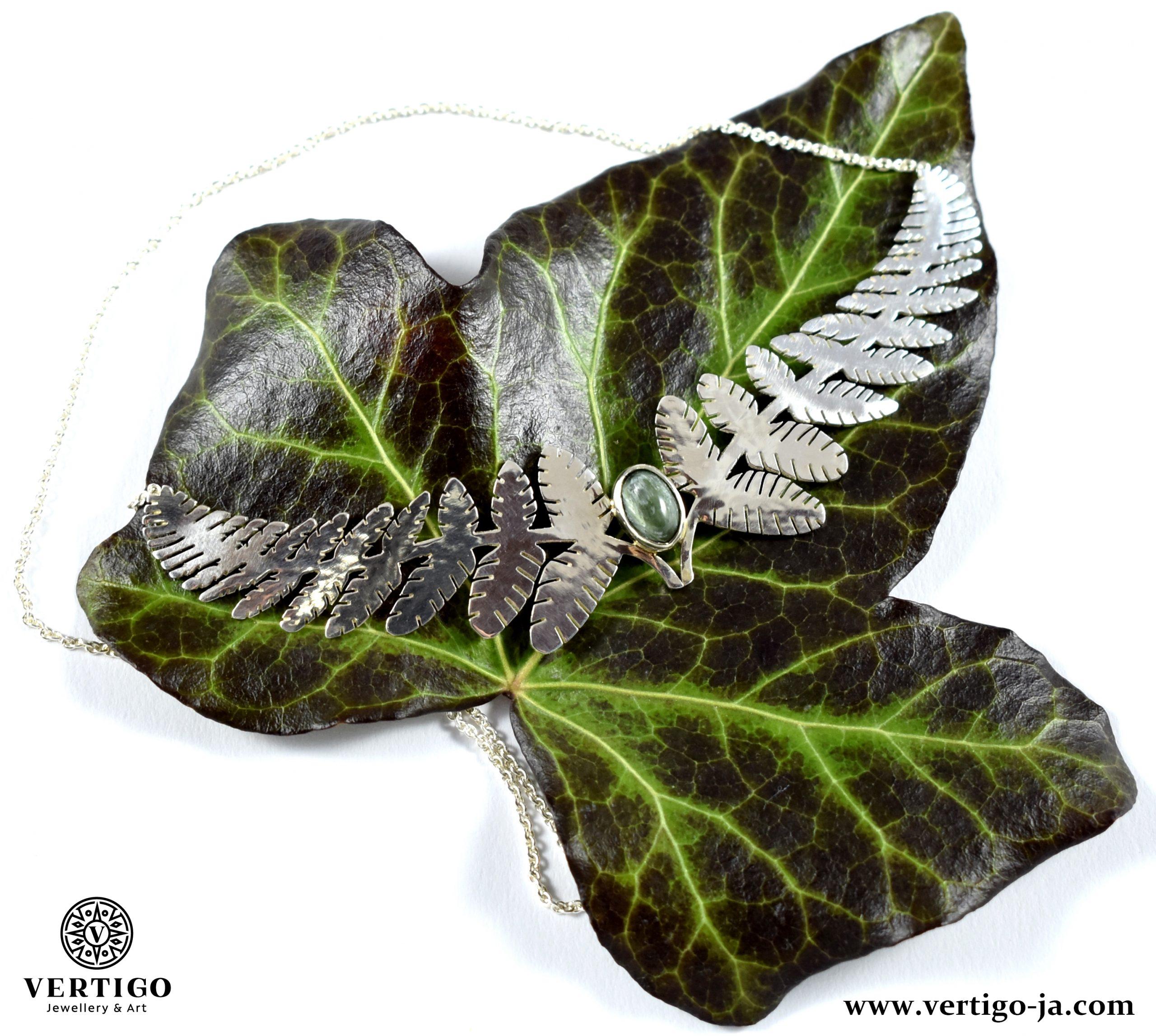 naszyjnik-srebrny-zielony-kamien-serafinit-tropikalne-liscie-na-bluszczu