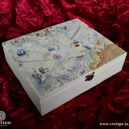 zamykana-herbaciarka-szkatulka-mapa-Piri-Reisa-czerwone-tlo
