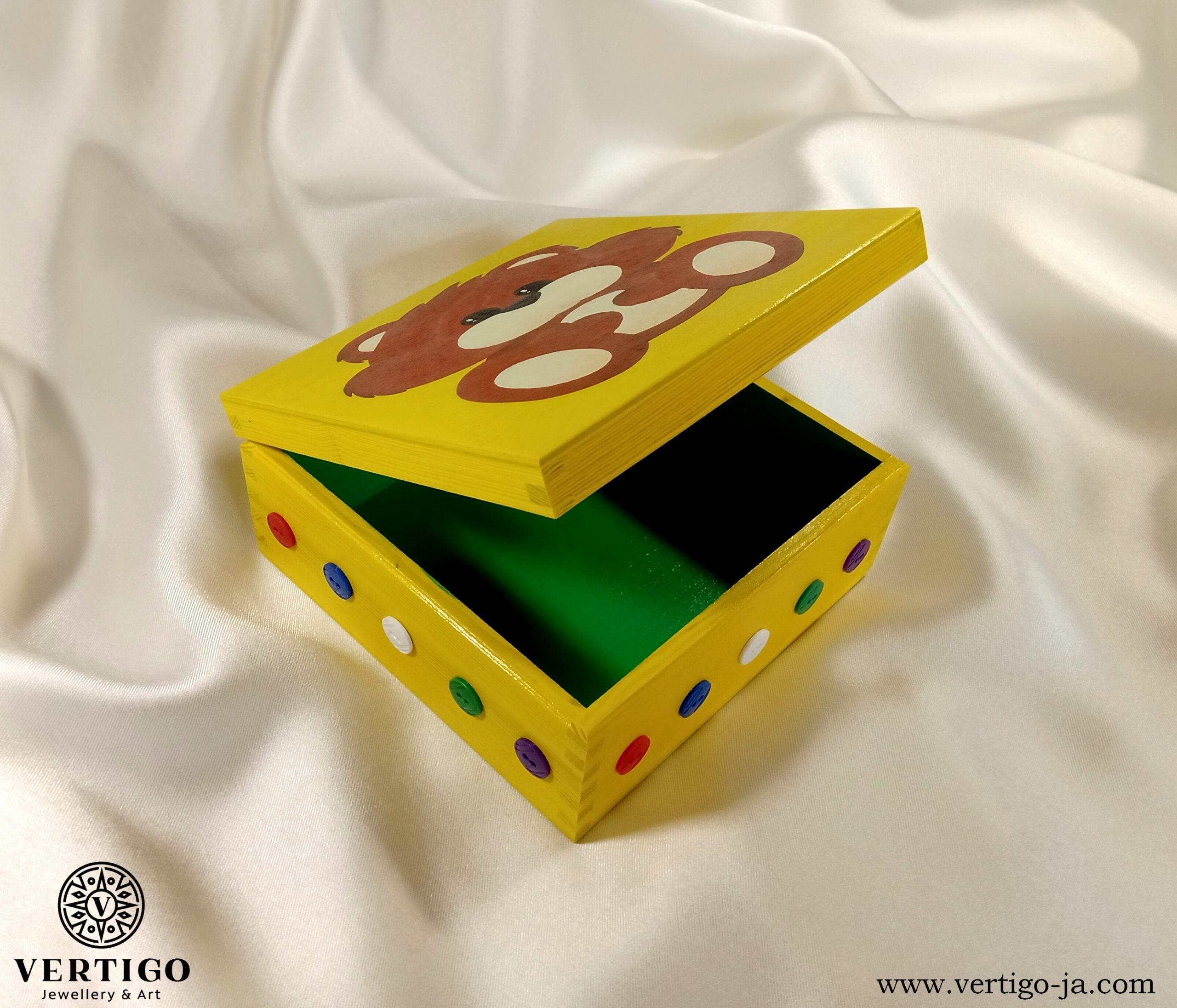 Zielone wnętrze drewnianego pudełka ze słodkim misiem