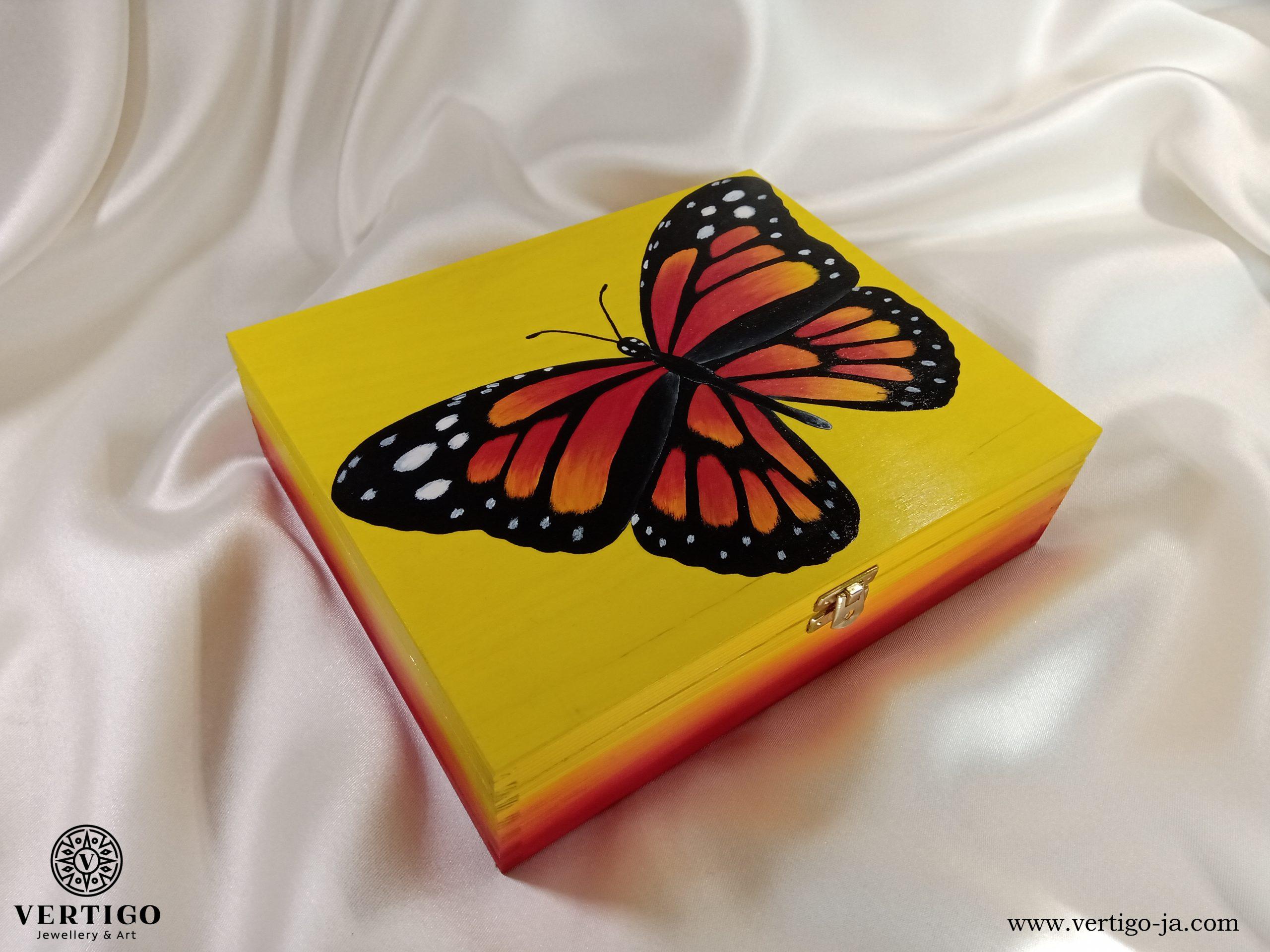 Drewniana szkatułka z motylem w żółto-czerwonych barwach