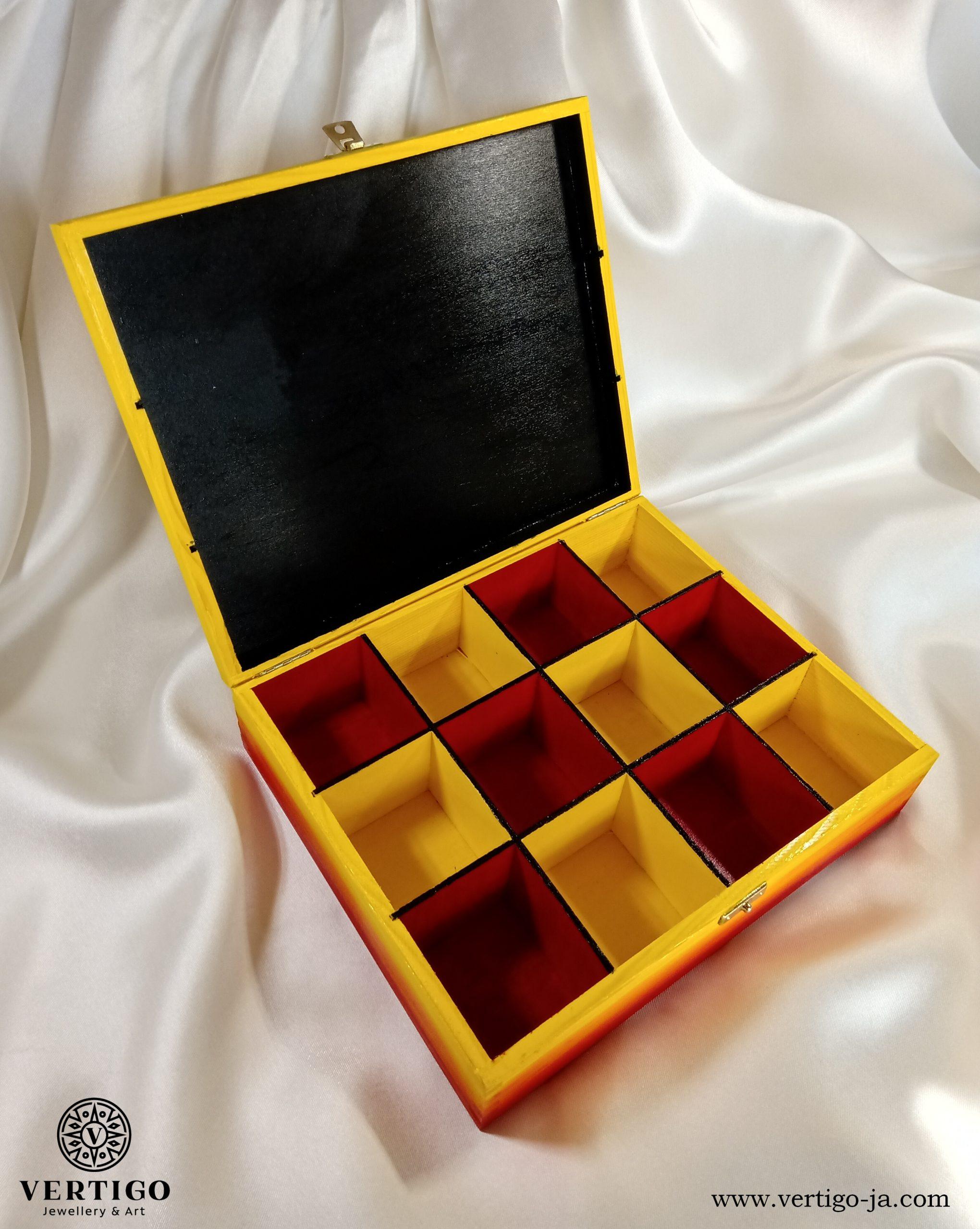 Wnętrze z przegródkami drewnianego pudełka z motylem