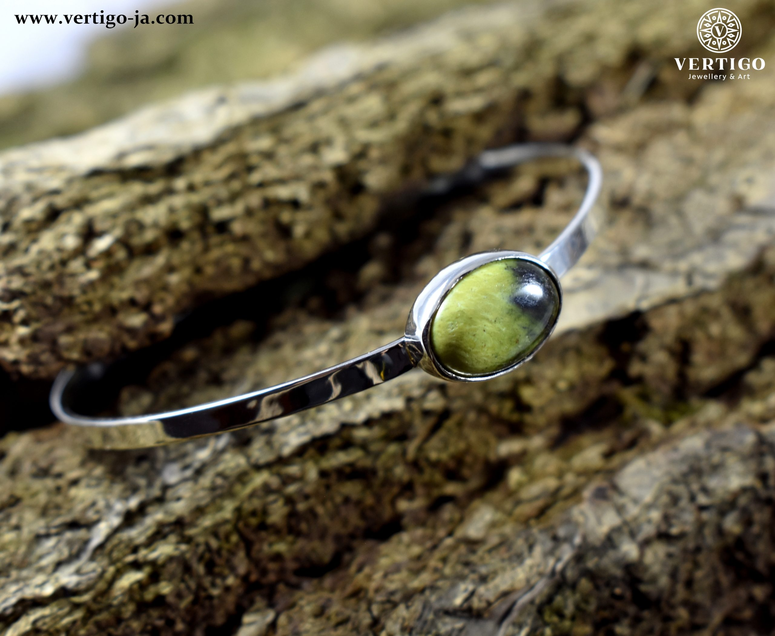 bransoleta-srebrna-z-zielono-czarnym-kamieniem-chita-na-korze
