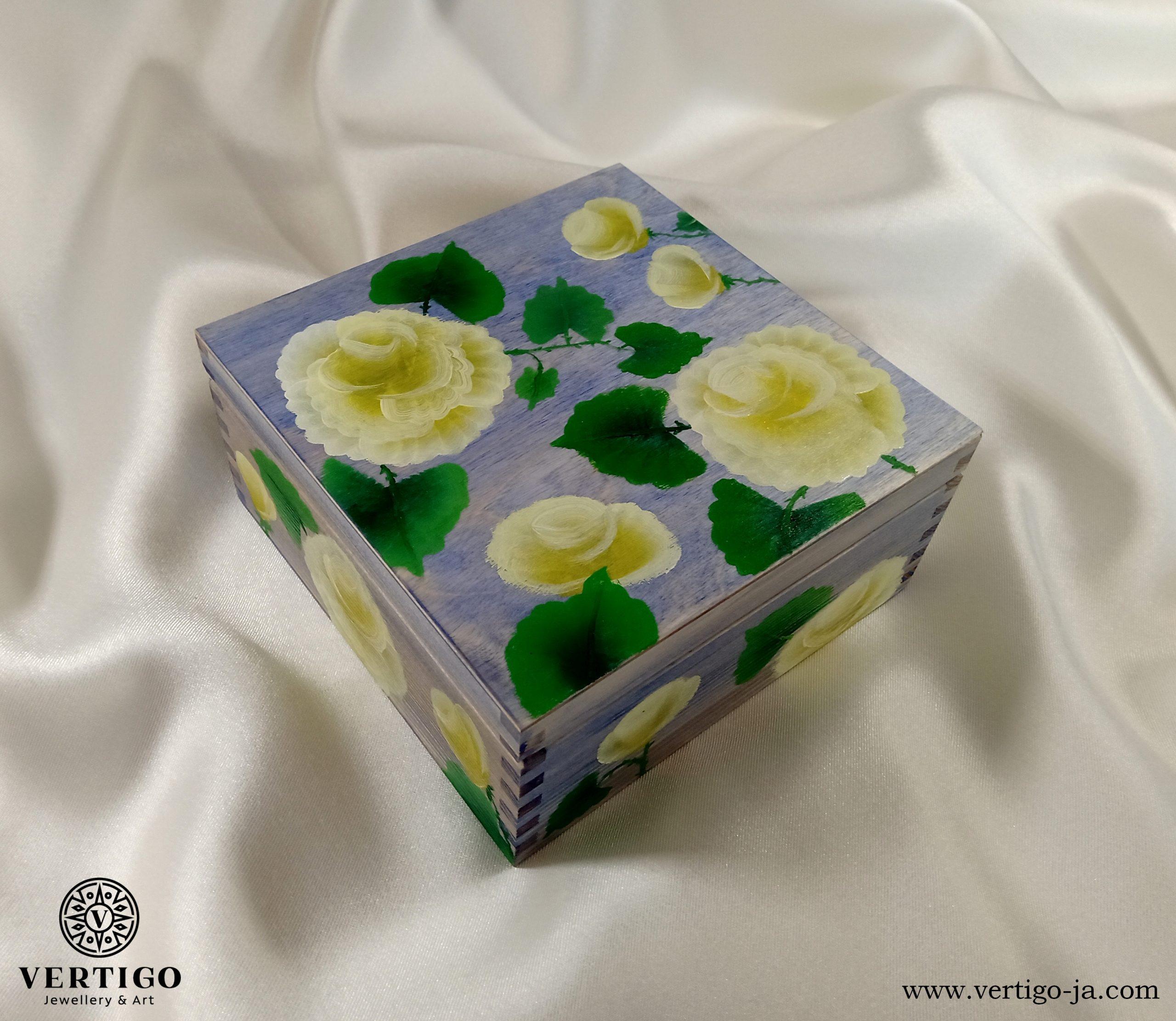Drewniane, niebieskie pudełko z kremowymi różami one-stroke