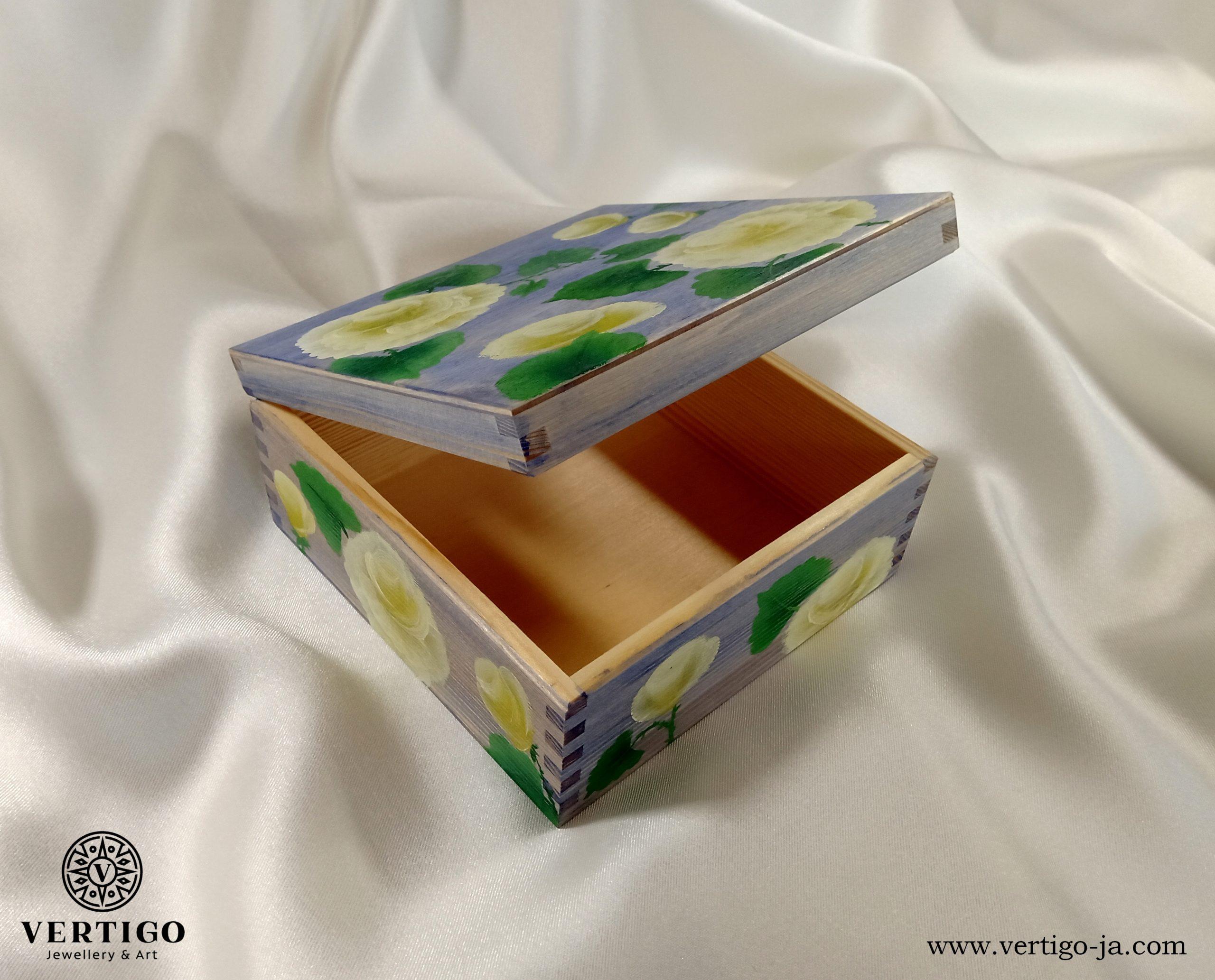 Drewniane wnętrze niebieskiego pudełka z kremowymi różami one-stroke