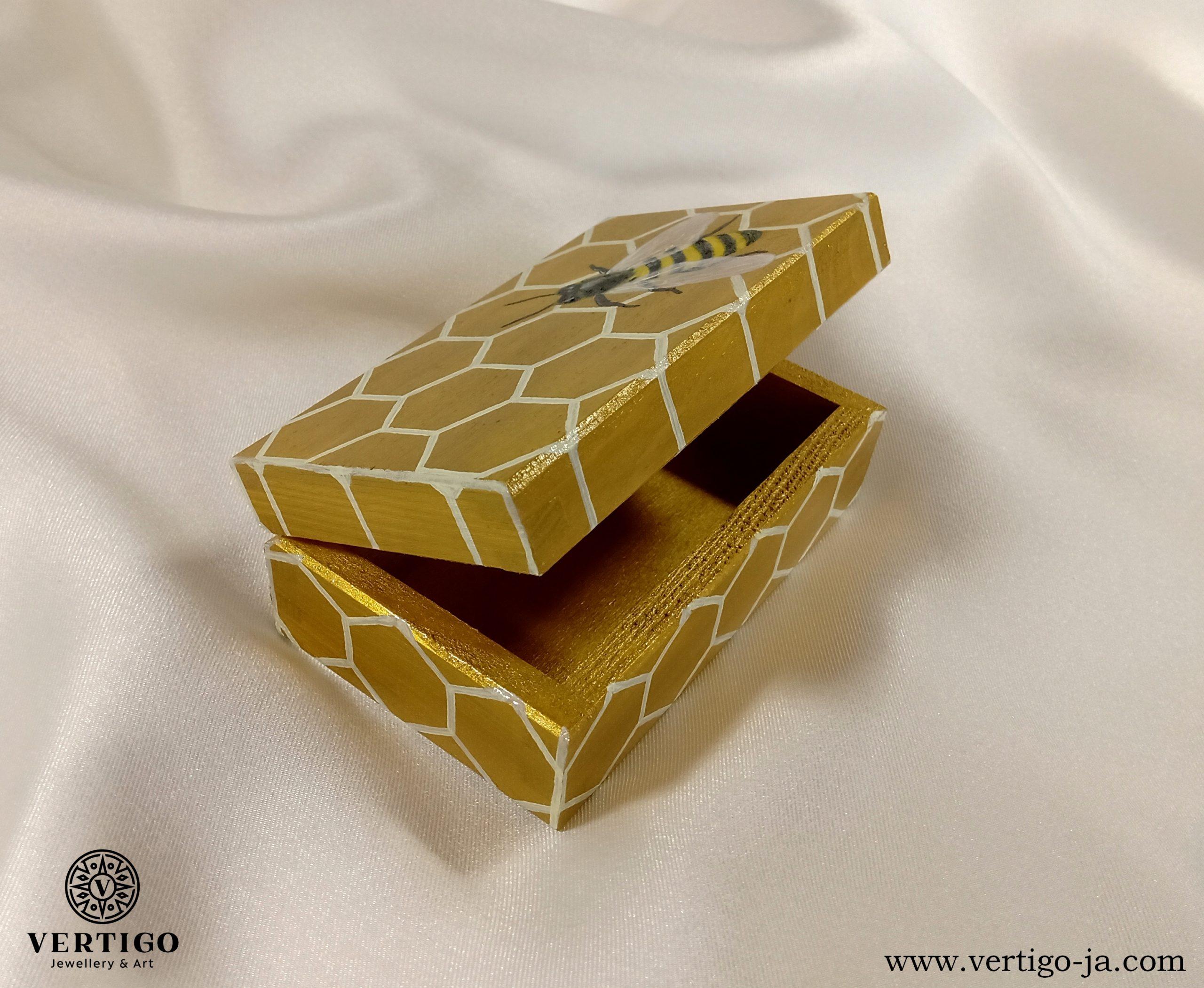 Środek pudełka z pszczołą na plastrze miodu
