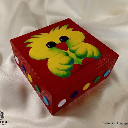 Drewniane, czerwone pudełko z uroczym ptaszkiem