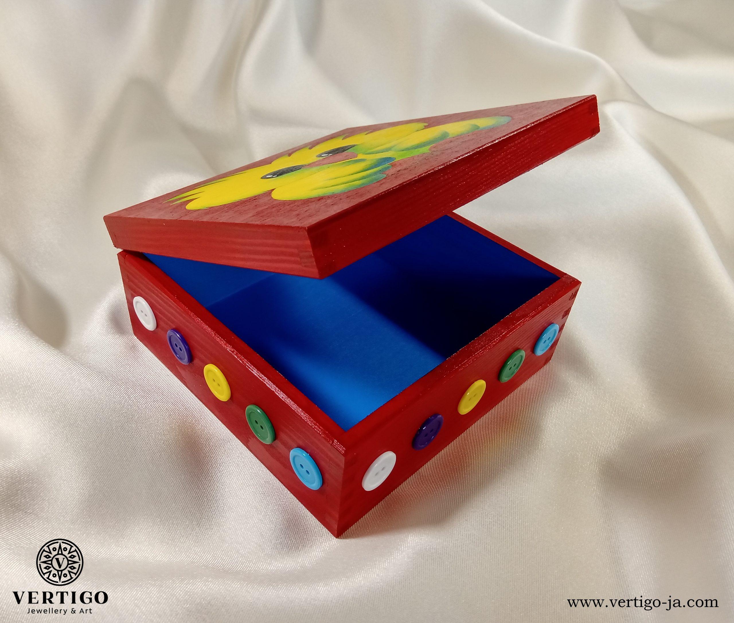 Błękitne wnętrze drewnianego, czerwonego pudełka z uroczym ptaszkiem