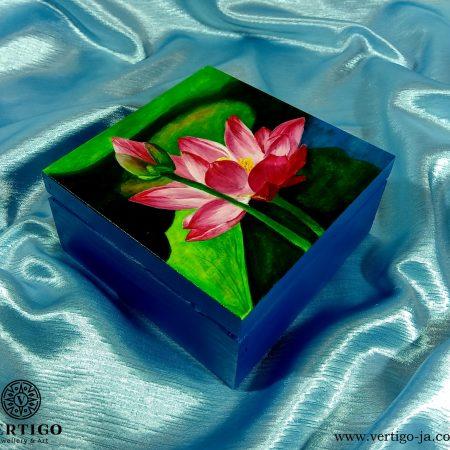 Niebieskie, drewniane pudełko z różowymi liliami wodnymi