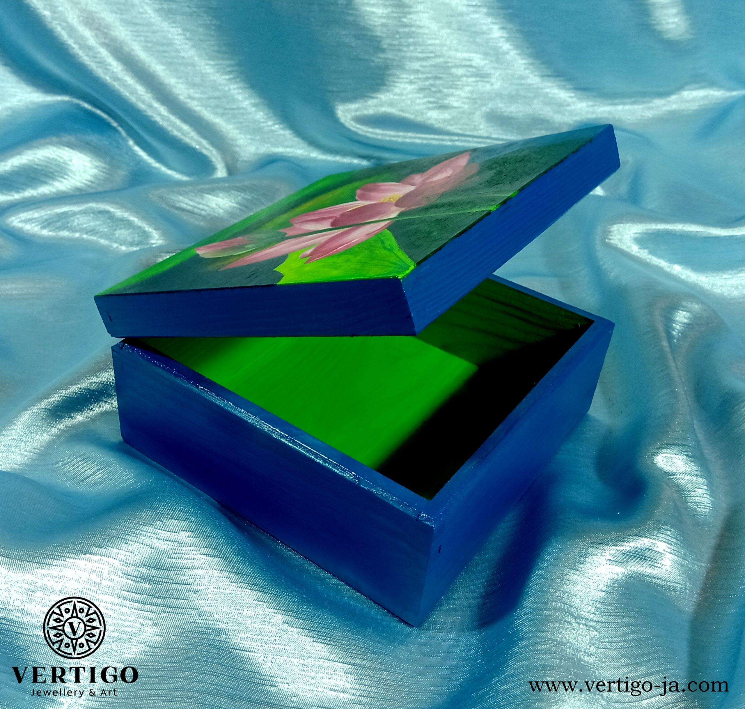 Zielone wnętrze drewnianego pudełka z różowymi liliami wodnymi