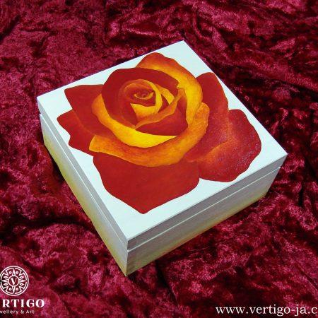 Drewniane, kremowe pudełko z herbaciana różą