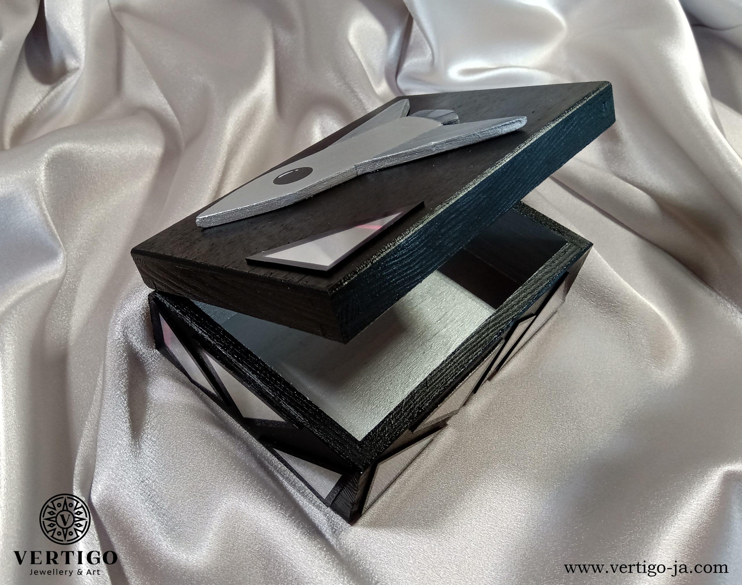 Srebrny środek drewnianego pudełka z rakietą