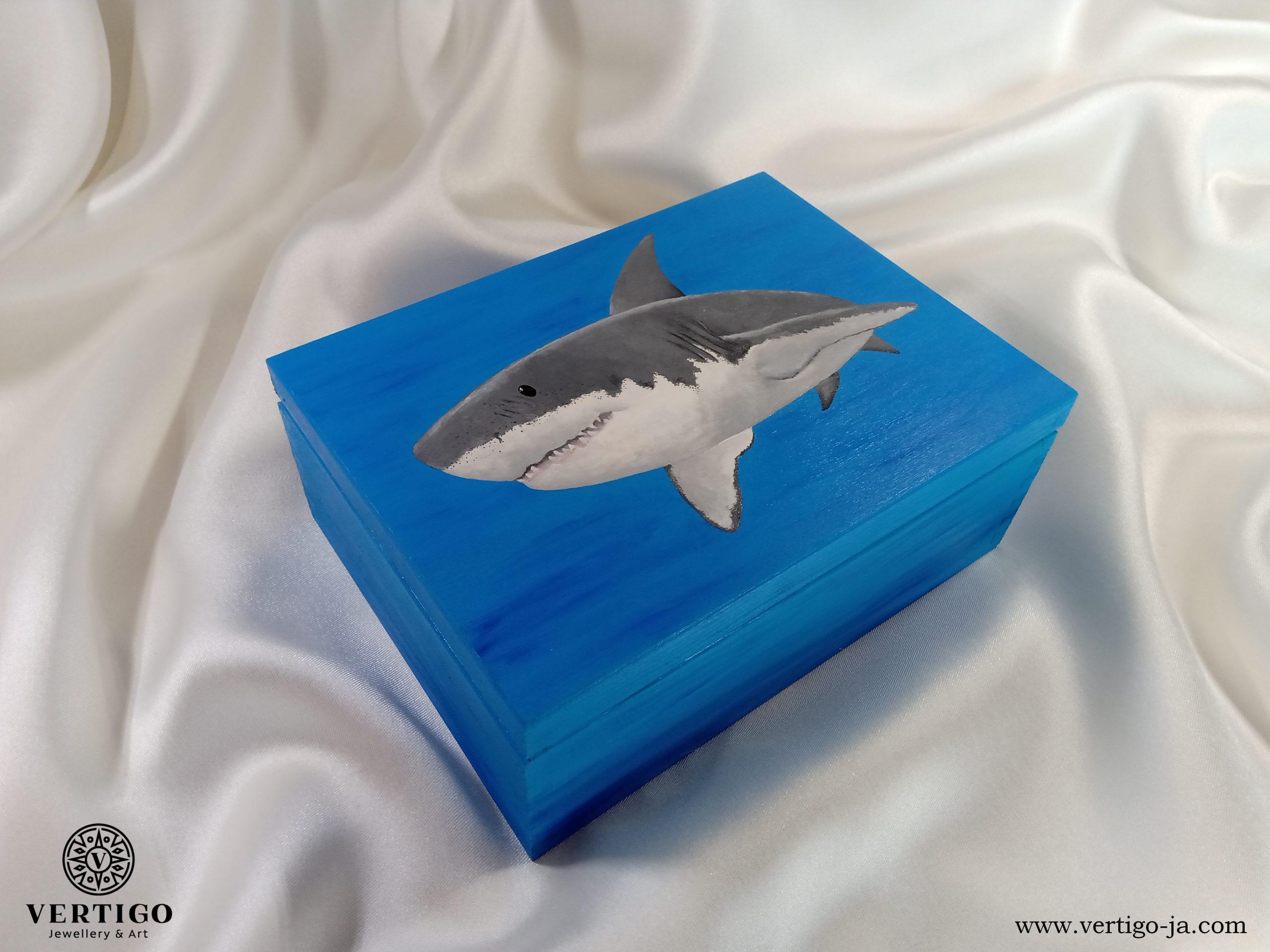 drewniane, niebieskie pudełko z rekinem żarłaczem białym