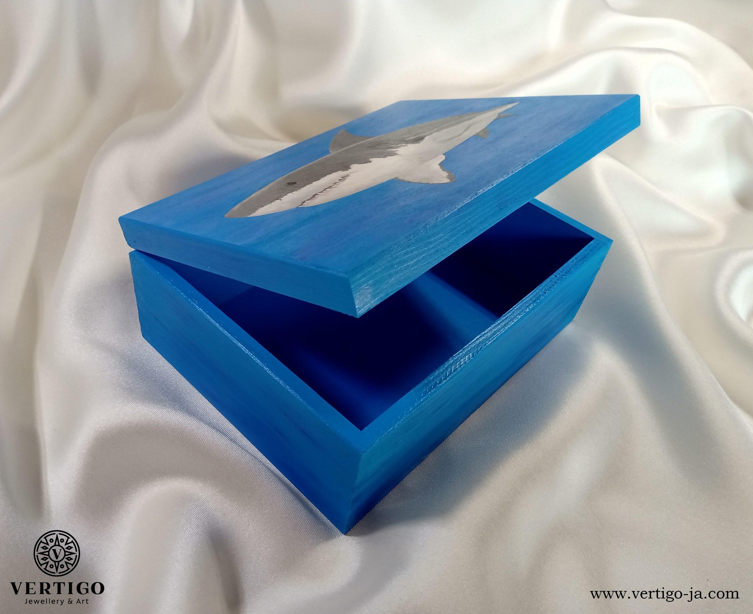 Niebieski środek pudełka z rekinem żarłaczem białym