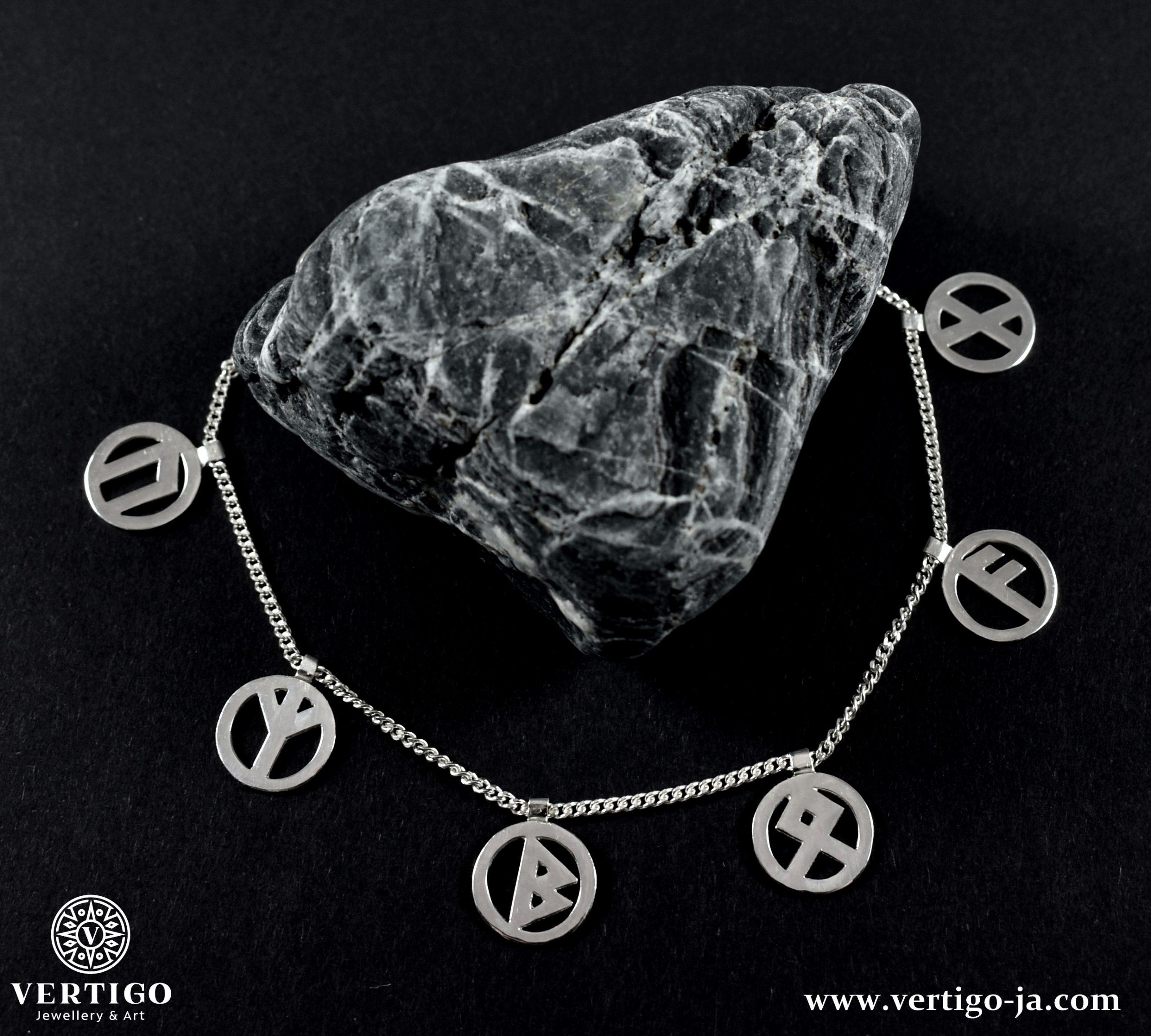 srebrna-bransoleta-z-runami-nordyckimi-na-czarnym-tle-z-kamieniem