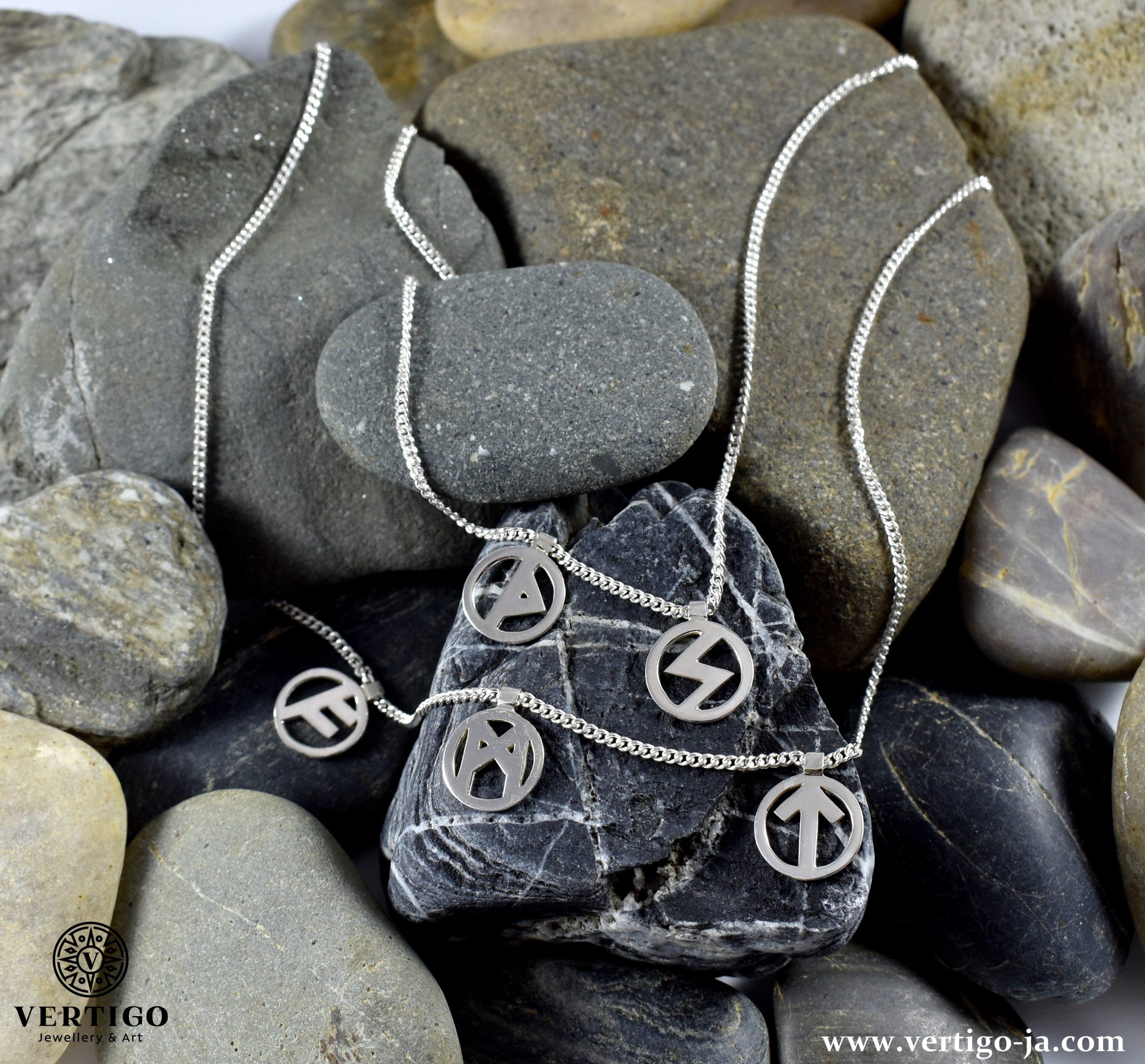 srebrny-naszyjnik-z-runami-lancuszek-pancerka-na-kamieniach-motyw-nordycki