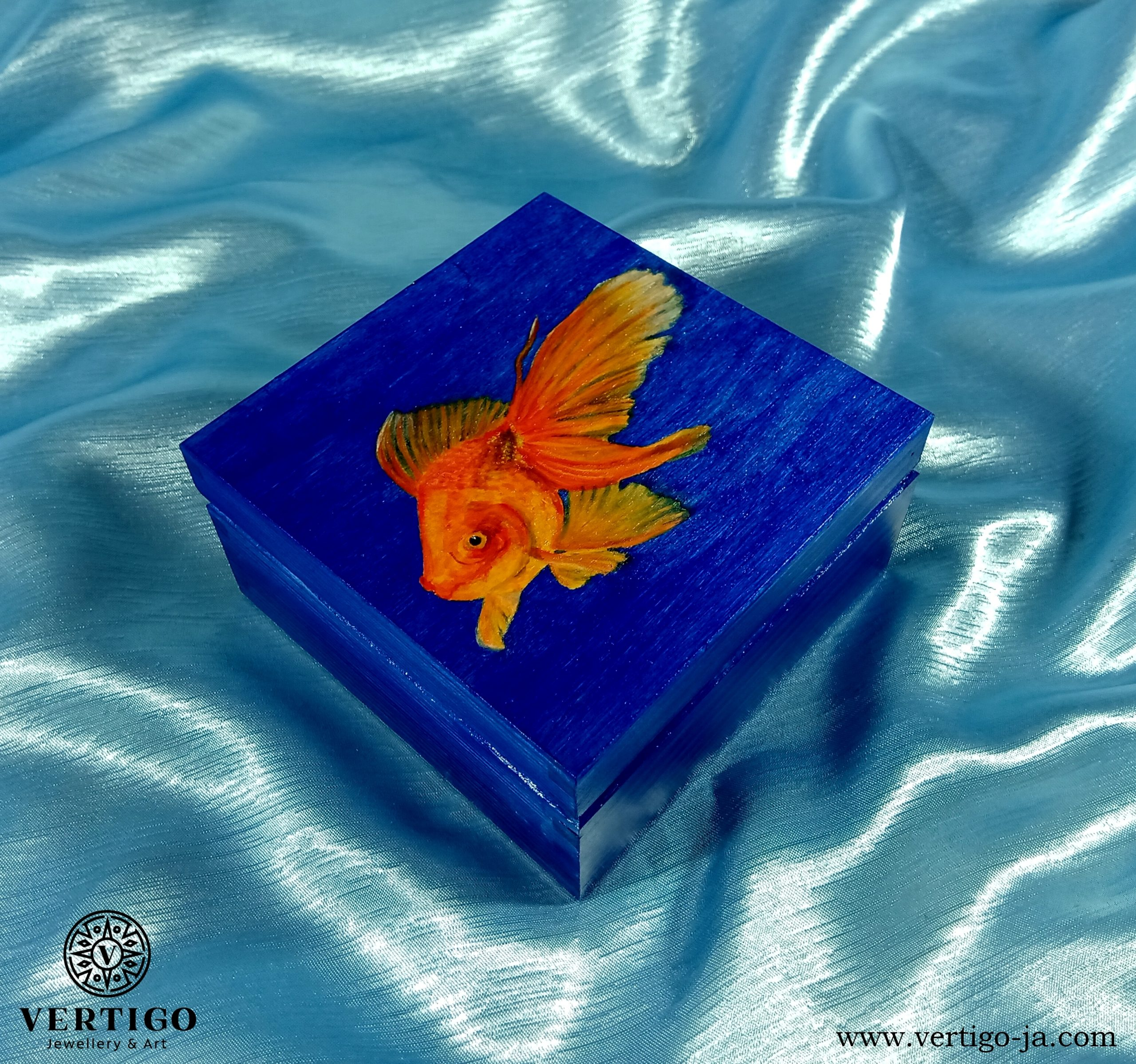 Granatowe, drewniane pudełko ze złotą rybką