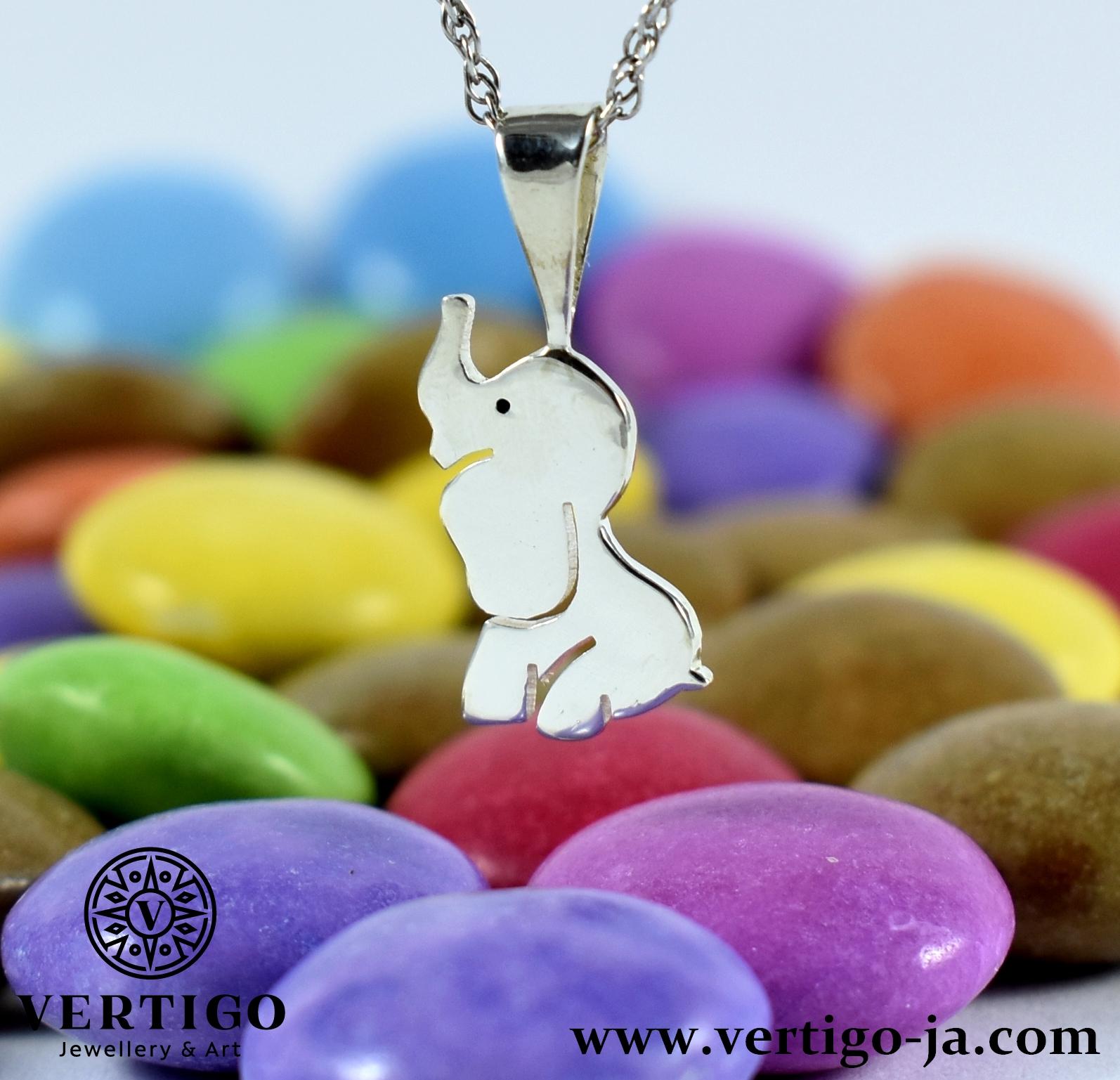 srebrna-zawieszka-slonik-z-podniesiona-traba-kolorowe-draze