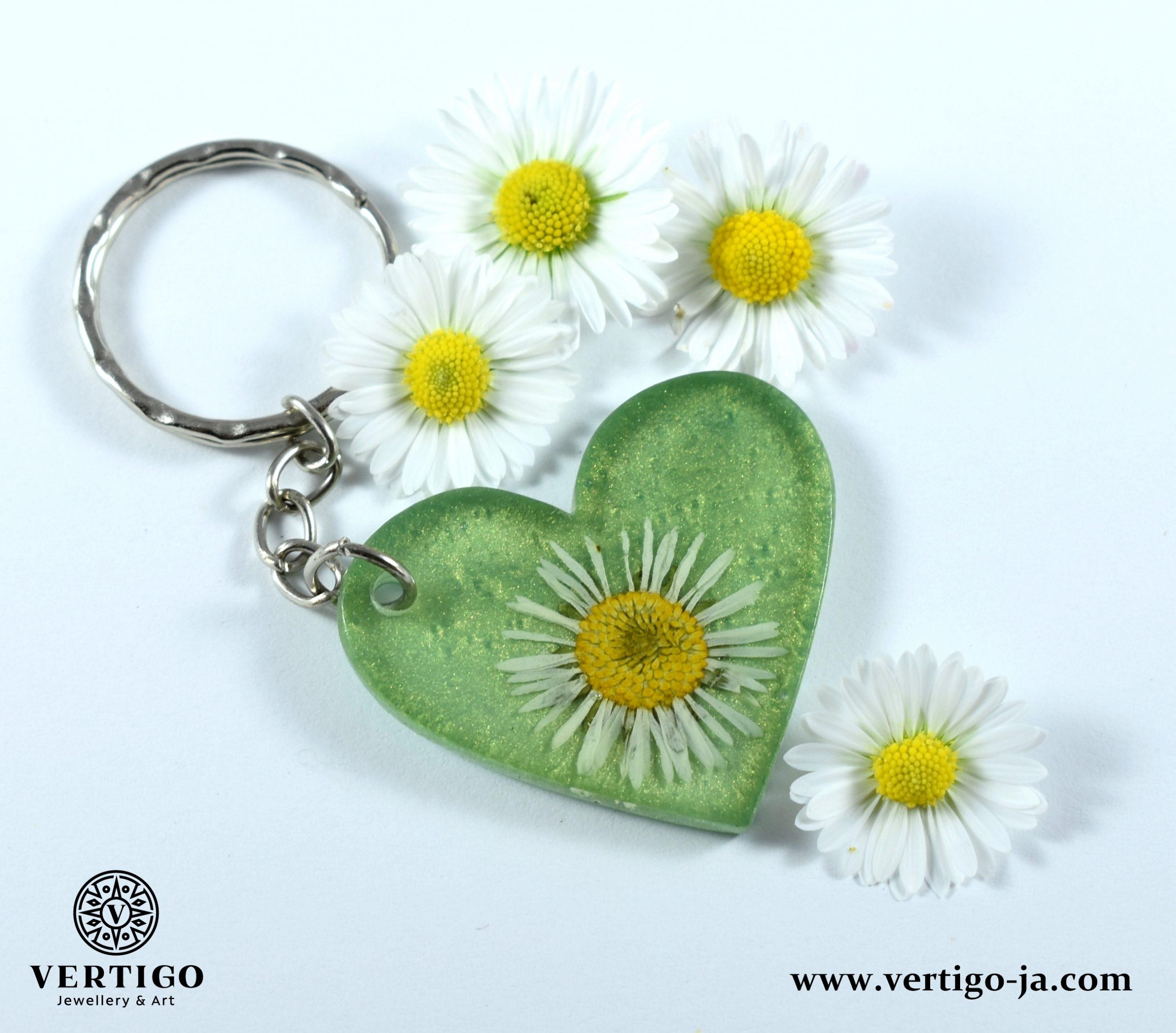 brelok-do-kluczy-zielone-serce-z-perlowej-i-transparentnej-zywicy-ze-stokrotka-tlo-ze-stokrotkami