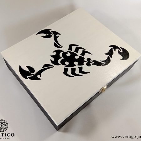 Biało-czarna szkatułka ze skorpionem