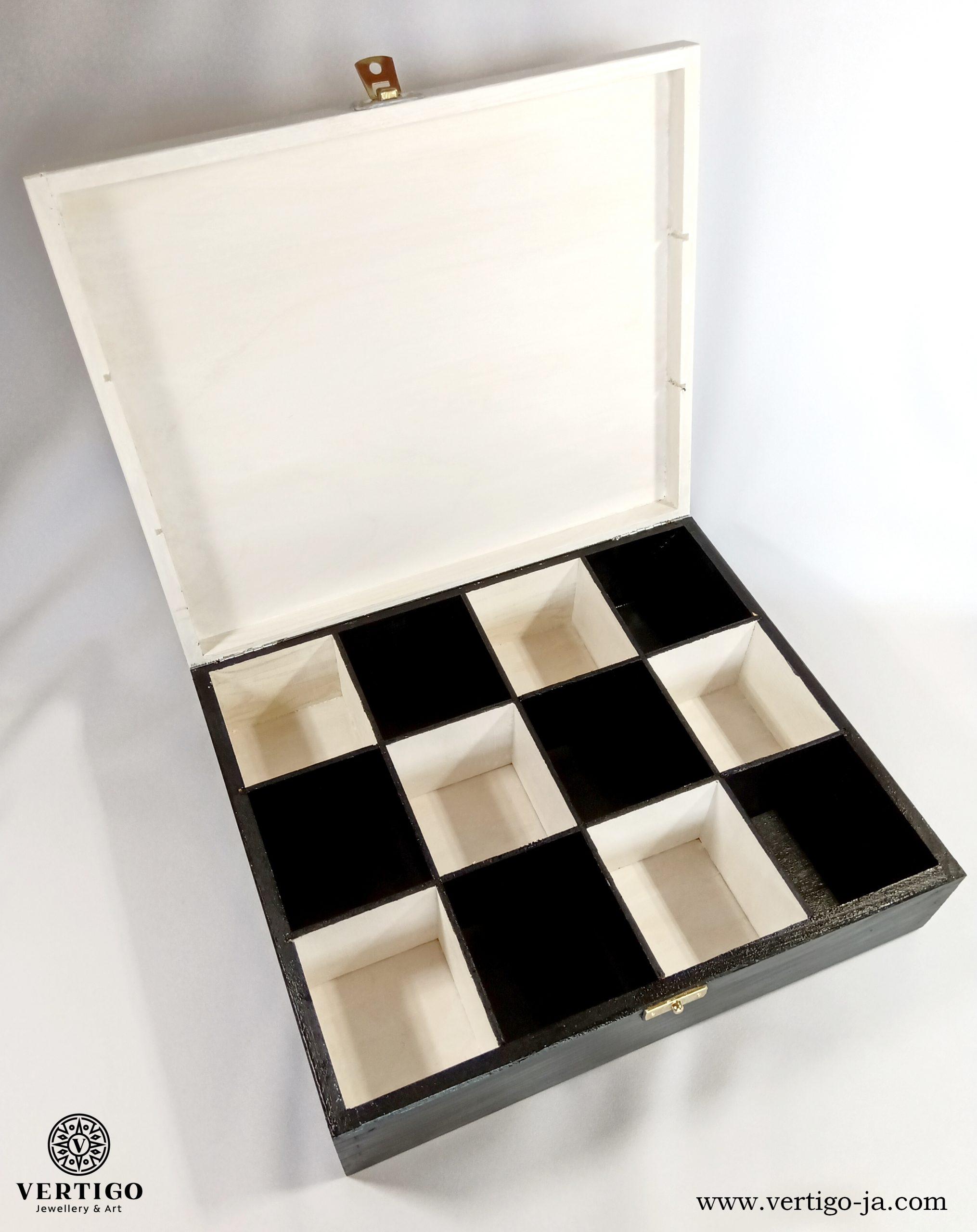 Wnętrze czarno-białej zamykanej szkatułki ze skorpionem