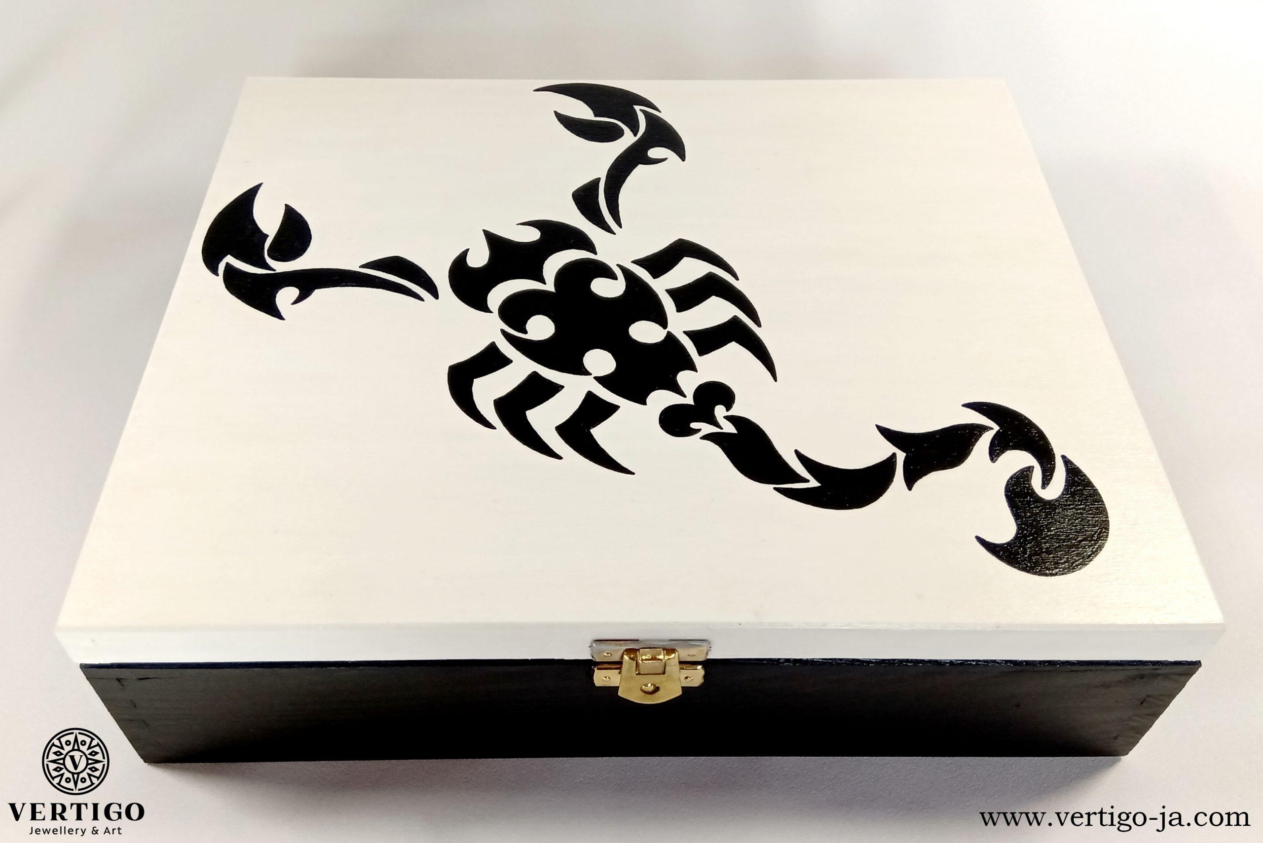 Wieczko drewnianej, czarno-białej szkatułki ze skorpionem