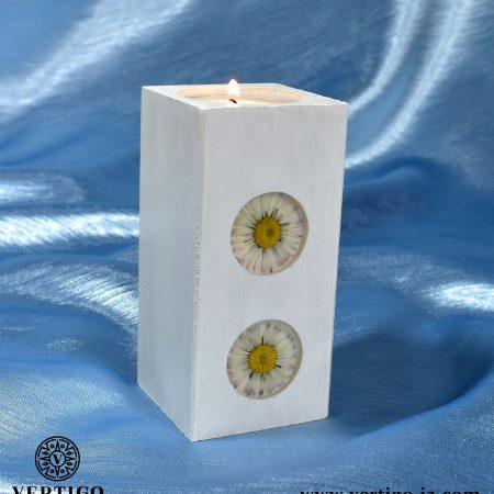 Drewniany świecznik Białe Stokrotki