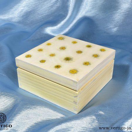 Biała szkatułka z żywicą ze stokrotkami