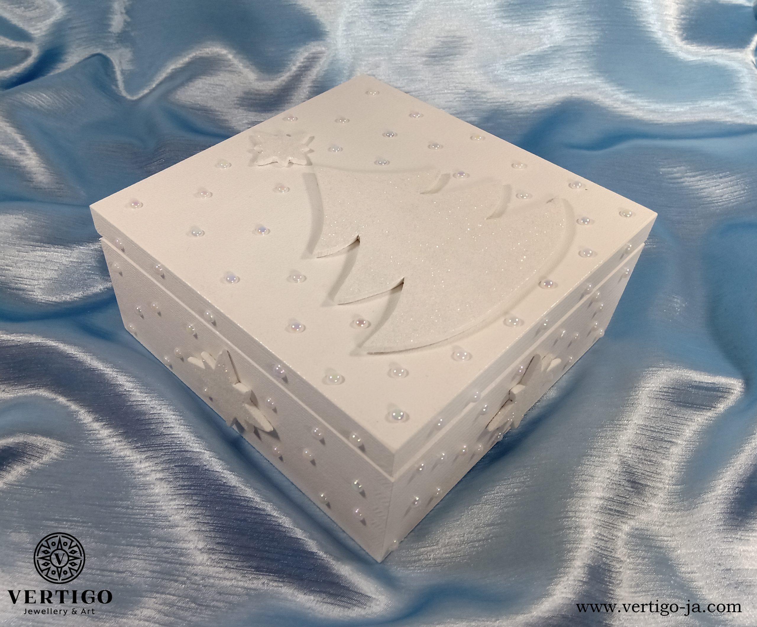 Białe, zimowe pudełko z choinką i gwiazdkami
